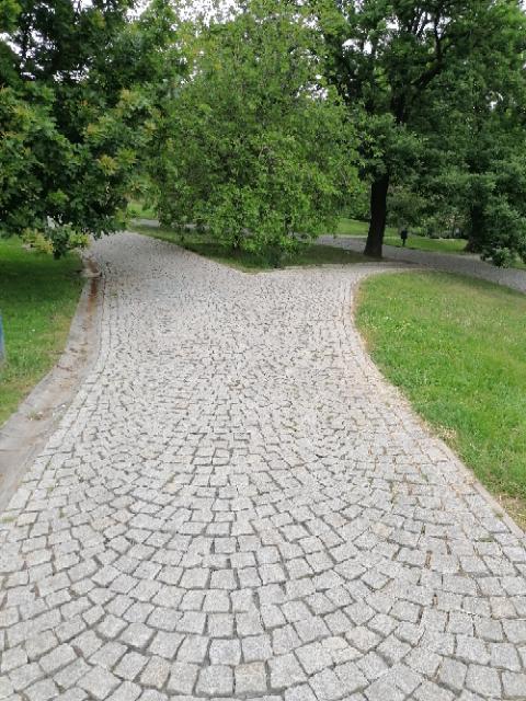 Komunikace v parku Socré Coeur Praha 5 4