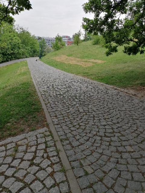 Komunikace v parku Socré Coeur Praha 5 5