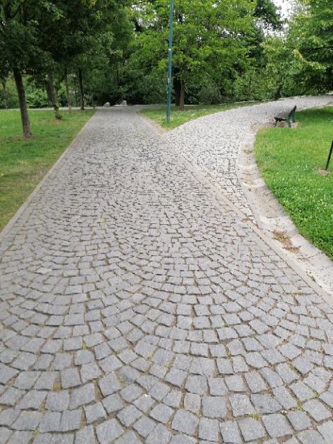 Komunikace v parku Socré Coeur, Praha 5